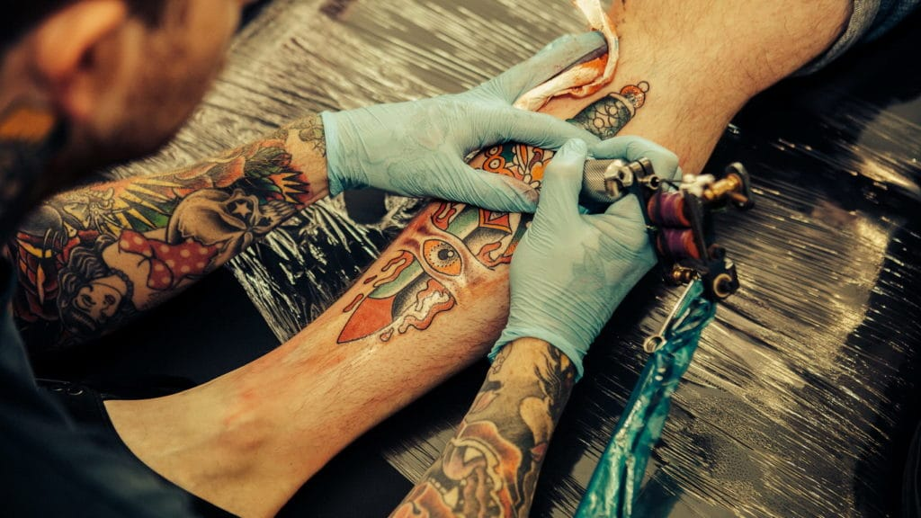 Нанесение татуировки в салоне